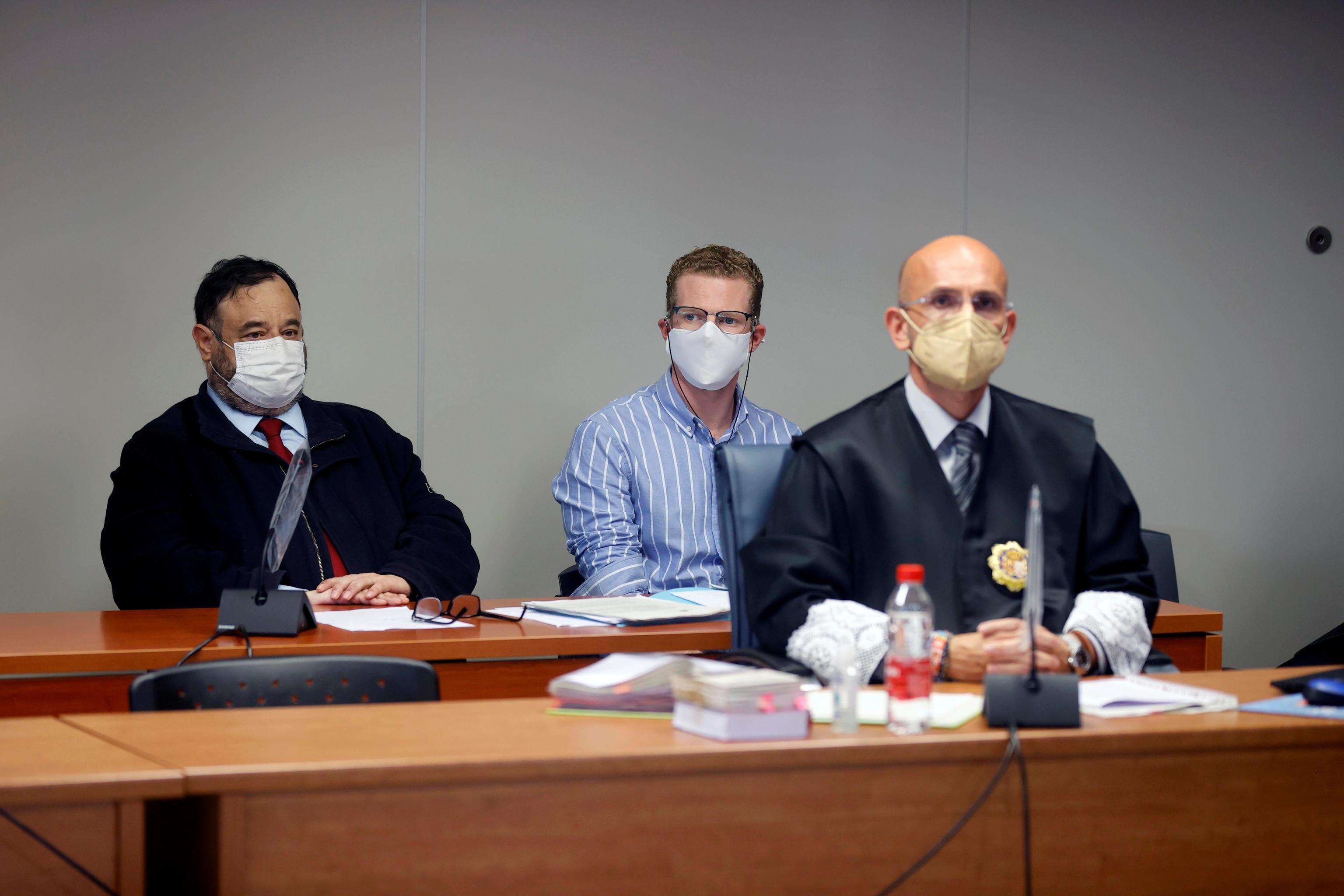 Gabriel Salvador, junto a su abogado, durante la primera sesión del juicio.