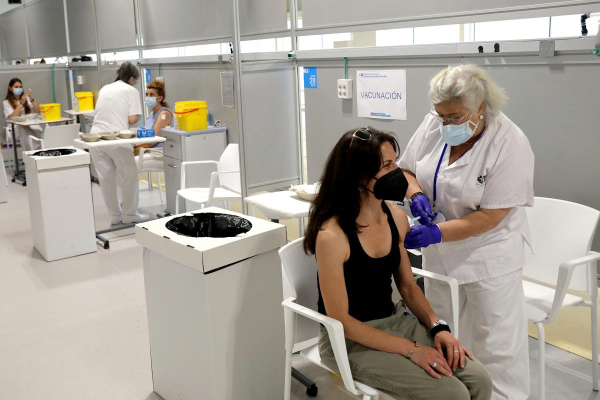 Vacunación en el Hospital Zendal, Madrid.
