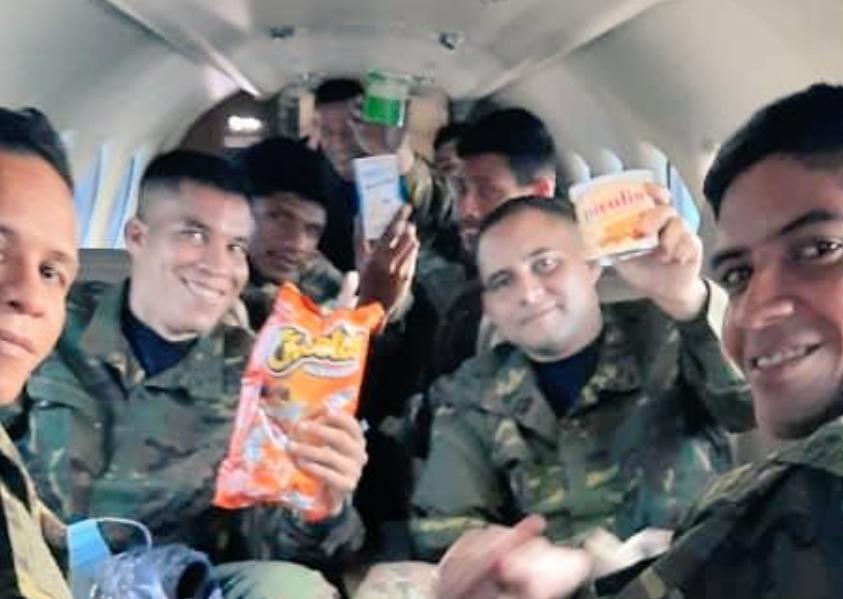Imagen difundida en redes sociales de los militares liberados.