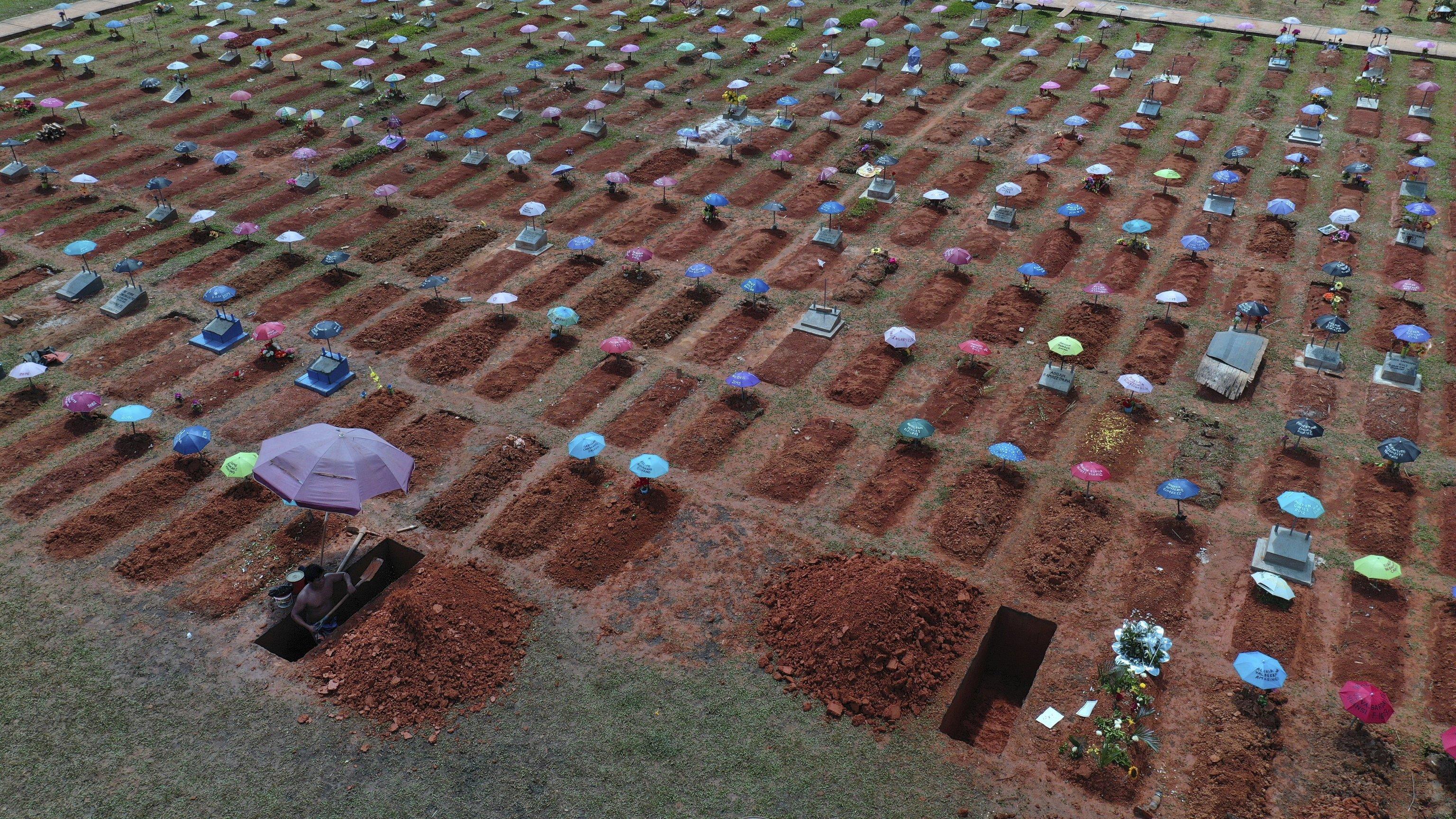 چاله هایی برای دفن قربانیان جسد در قبرستان San Juan Bautista (Iquitos ، پرو).