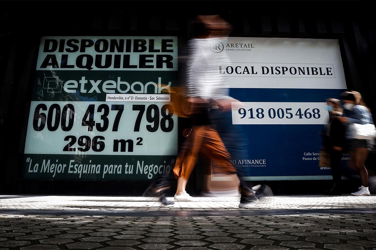Anuncios de alquiler en un inmueble en San Sebastián.