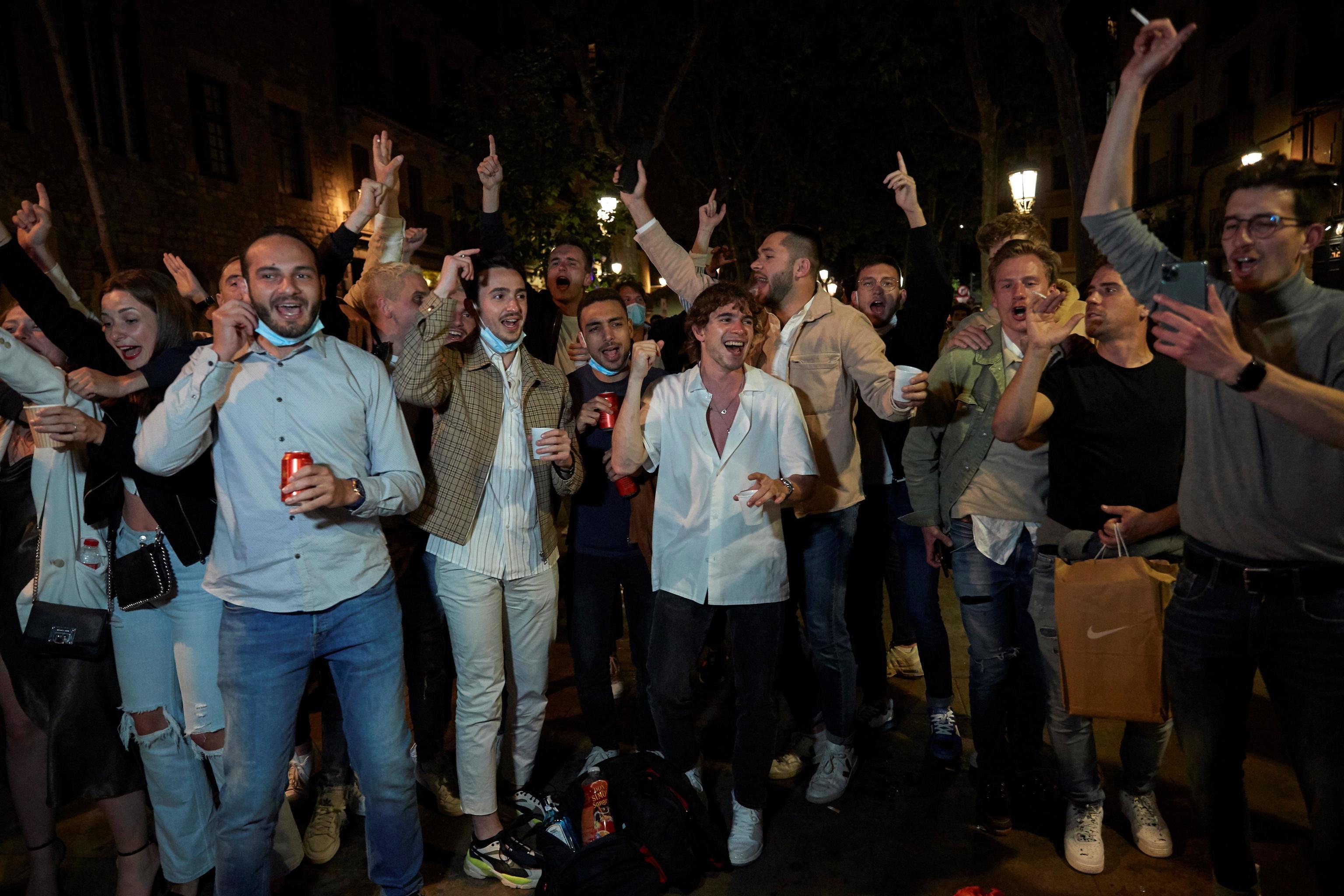 La Guardia Urbana y los Mossos d'Esquadra disuelven hace dos semanas la gran concentración de personas convocadas en el paseo del Born, en Barcelona.