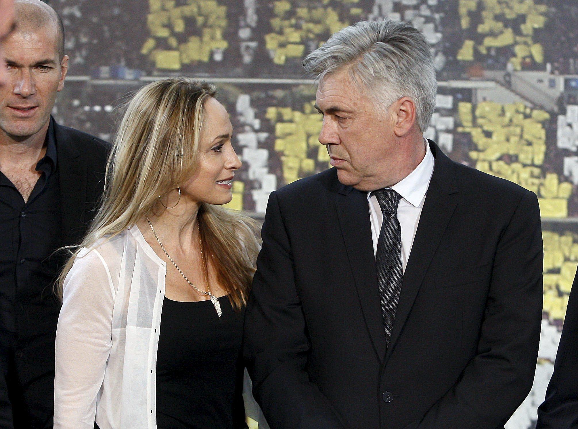 Carlo Ancelotti junto a su mujer, Marianne Barrena, el día de su presentación como entrenador del Real Madrid en junio de 2013.