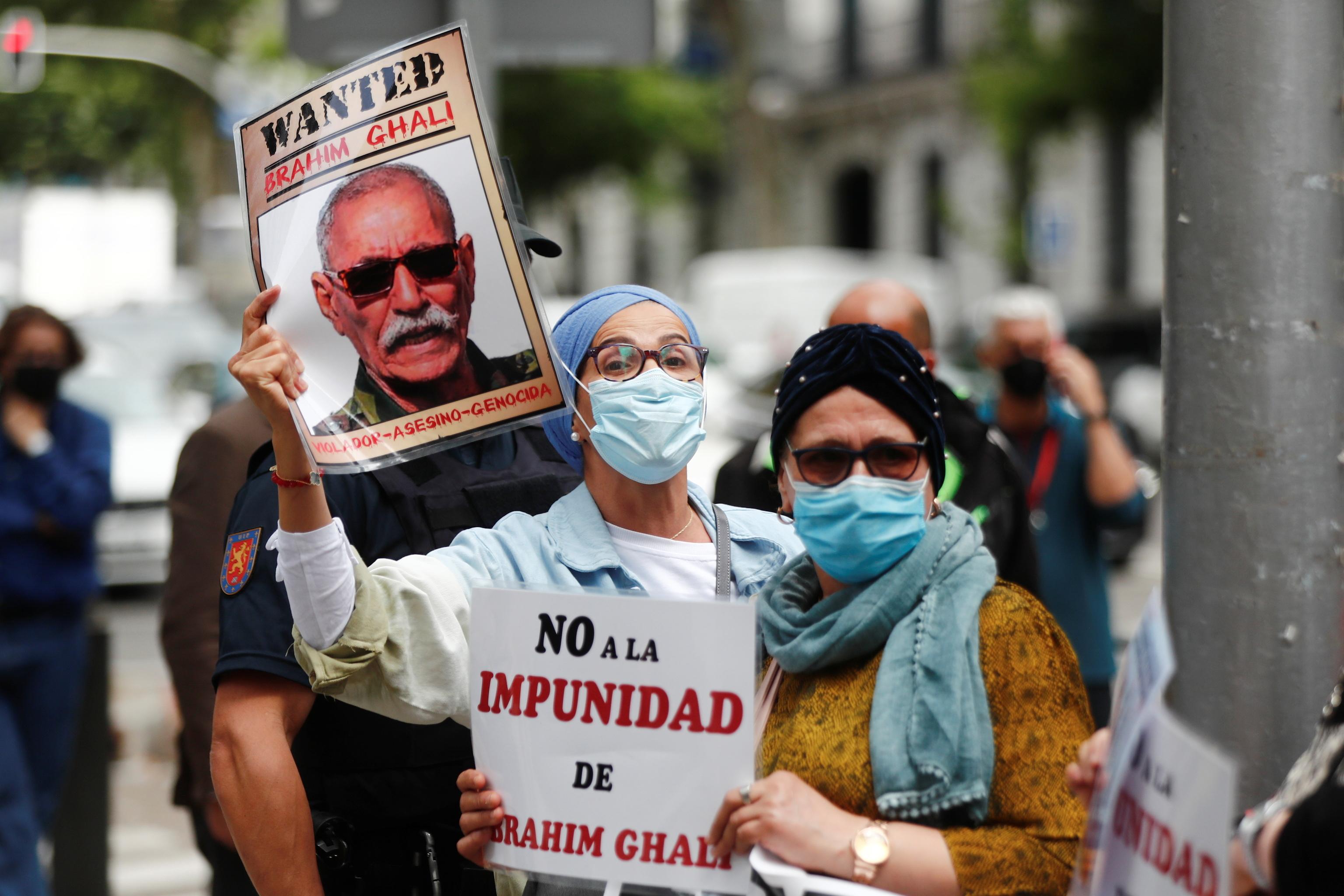 Manifestantes contra Ghali, esta mañana ante la Audiencia Nacional.