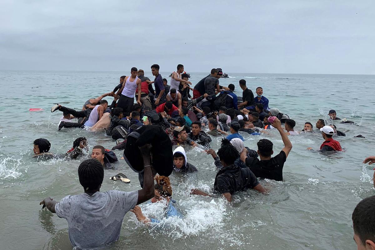 Un grupo de personas aborda una lancha con la intención de cruzar a Ceuta.