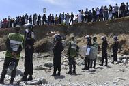 Jóvenes marroquíes esperan para cruzar a Ceuta el 18 de mayo.