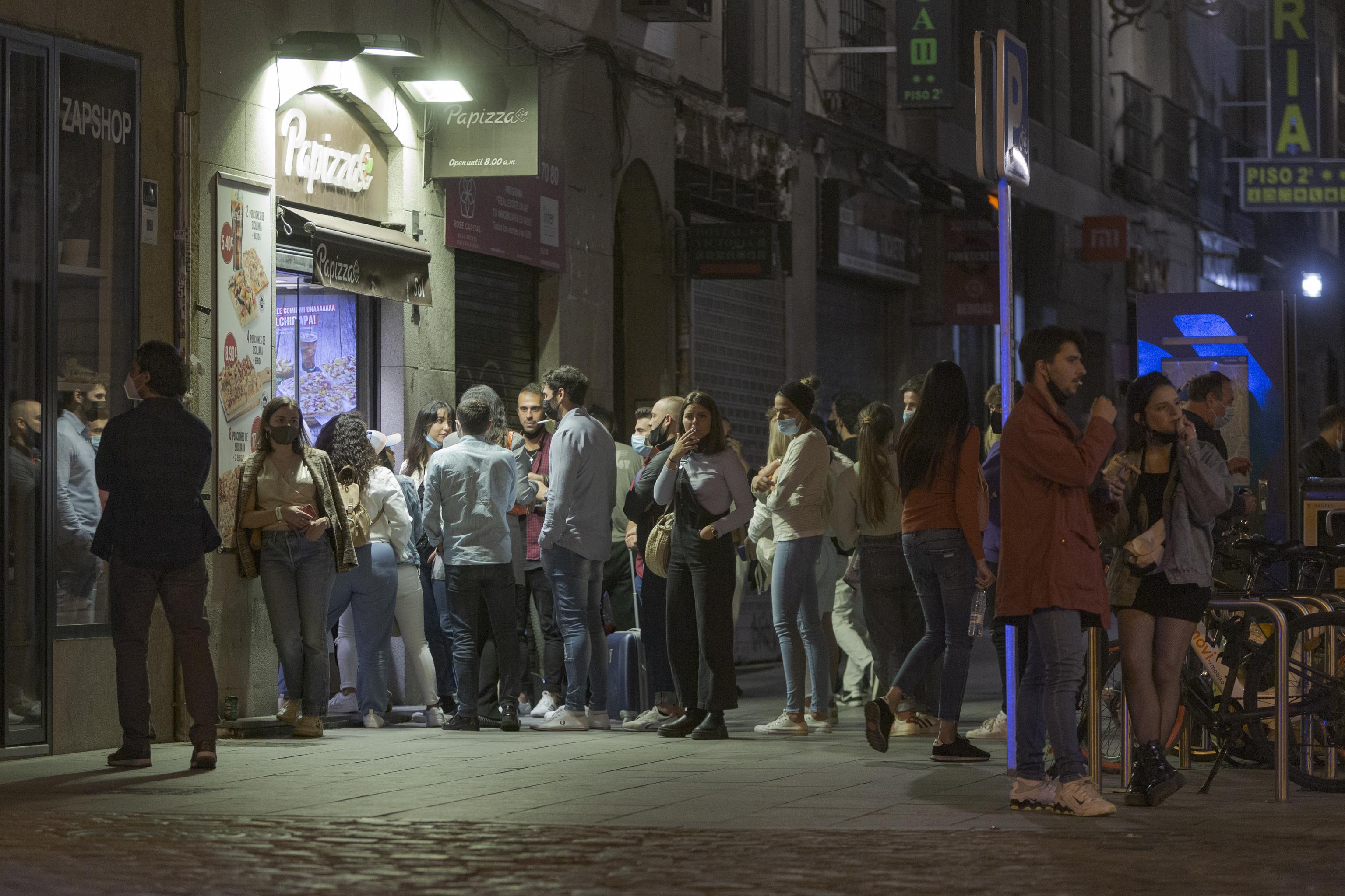 Un botellón producto de la aglomeración de personas frente al establecimiento de Pa Pizza.