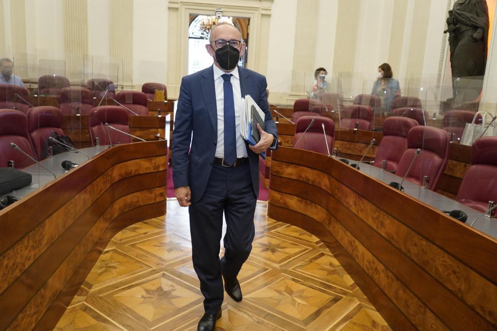 El diputado general de Álava Ramiro González (PNV) a su entrada en el pleno de Juntas Generales.