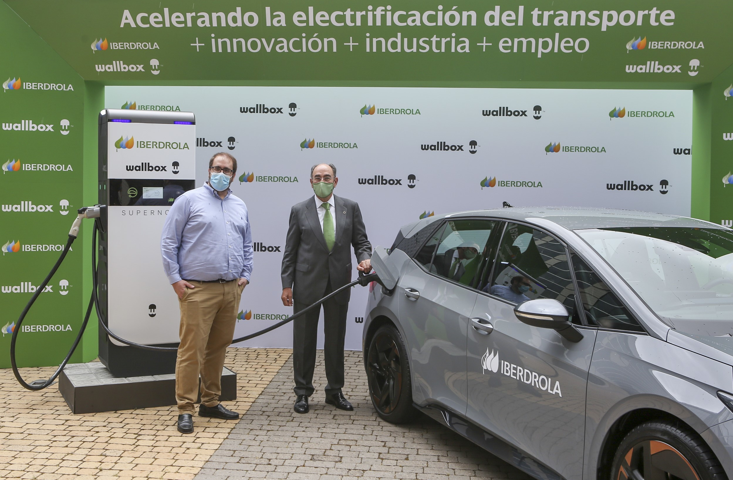 Ignacio Galán, presidente de Iberdrola, y Enric Asunción, CEO de Wallbox, recargan este miércoles un Cupra Born con Supernova.