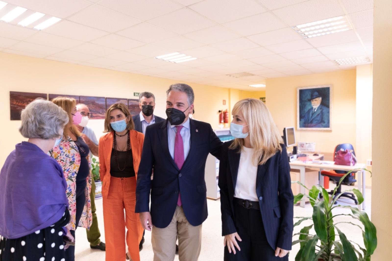 Bendodo, con Carmen Castilla, seguidos de la consejera Rocío Blanco, este miércoles