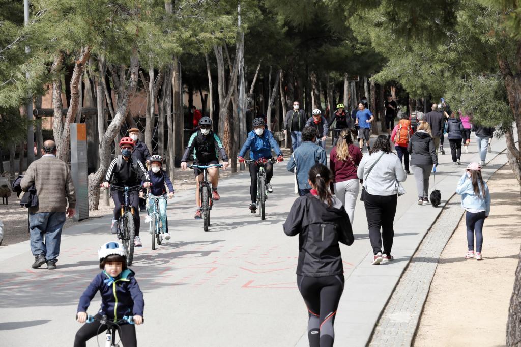 Ciclistas y peatones en Madrid Río
