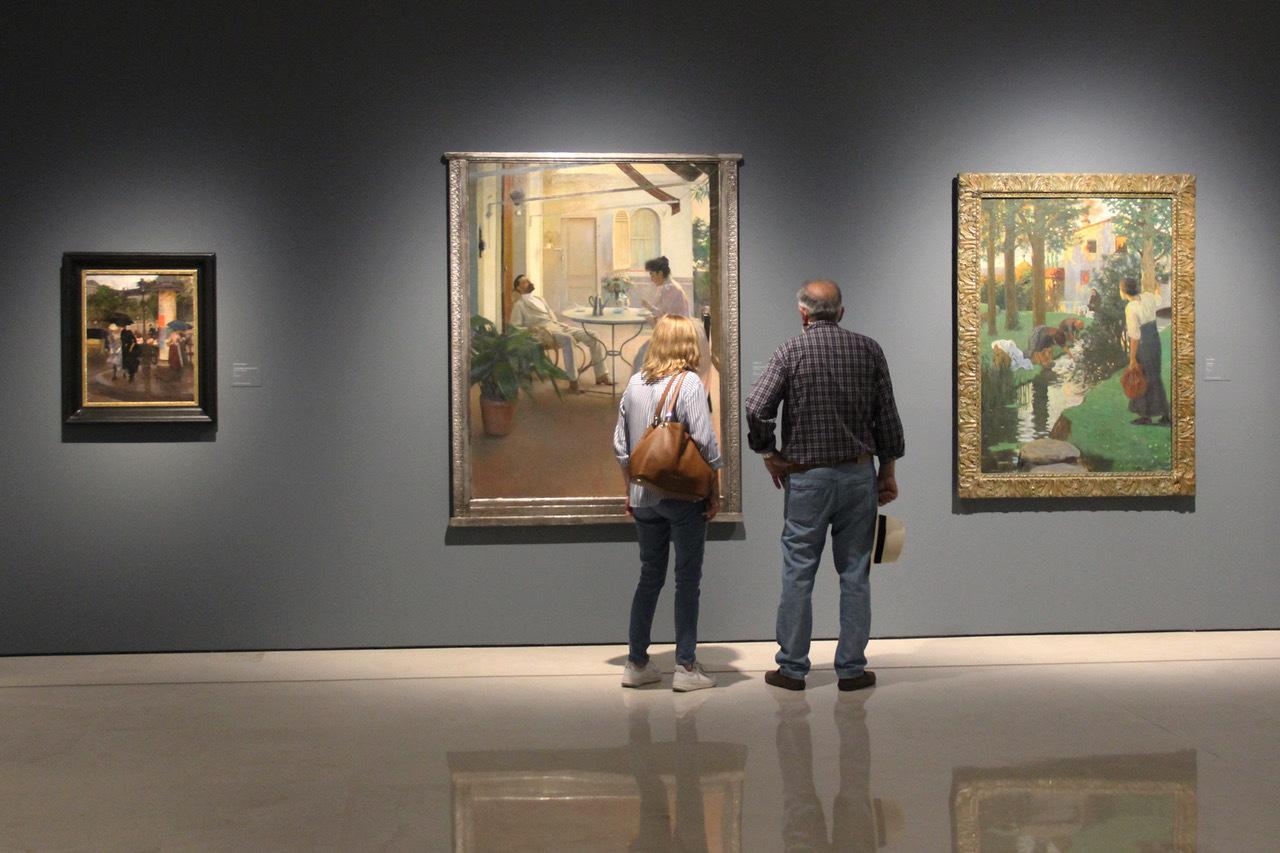 Dos personas visitan la colección temporal en el Museo Thyssen de Málaga.