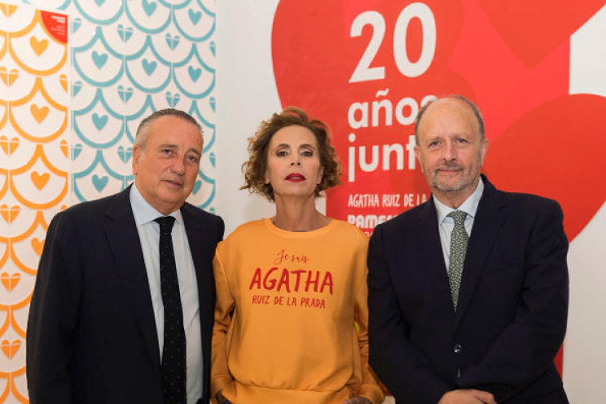 Jorge Bauset (dcha.), con Ágatha Ruiz de la Prada y Fernando Roig, con Pamesa en la feria Cersaie, antes del coronavirus.