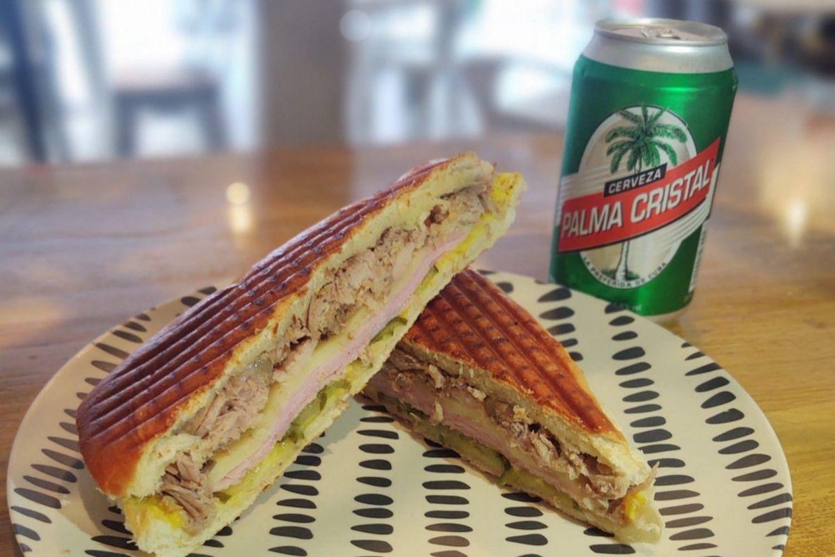 El sándwich cubano de Coppelia y cerveza Cristal.