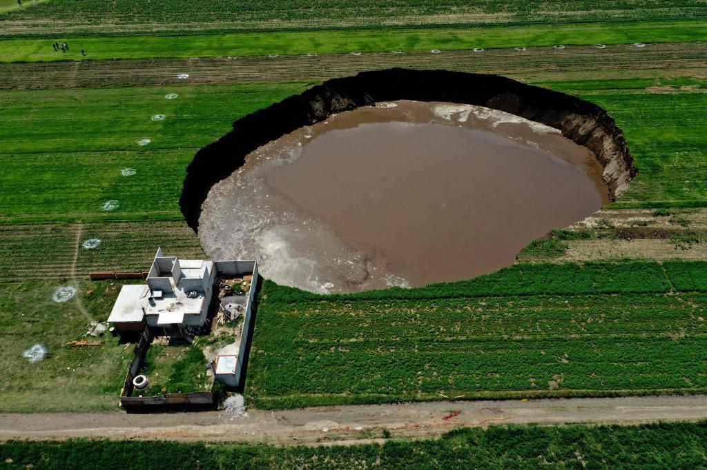 Una casa, al borde del enorme socavón que ha aparecido en México.