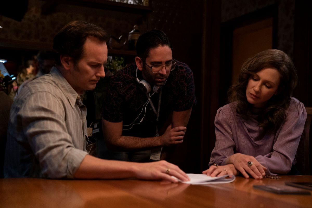 Michael Chaves, el director (centro), junto a Vera Farmiga y Patrick Wilson.