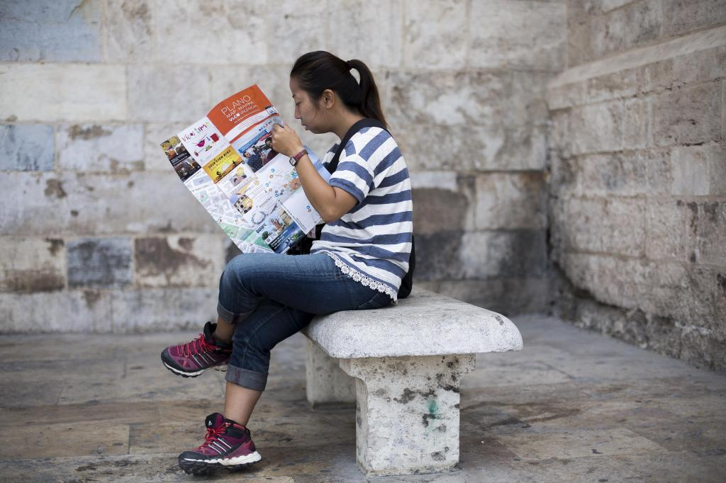 Una turistas consulta un mapa en Barcelona