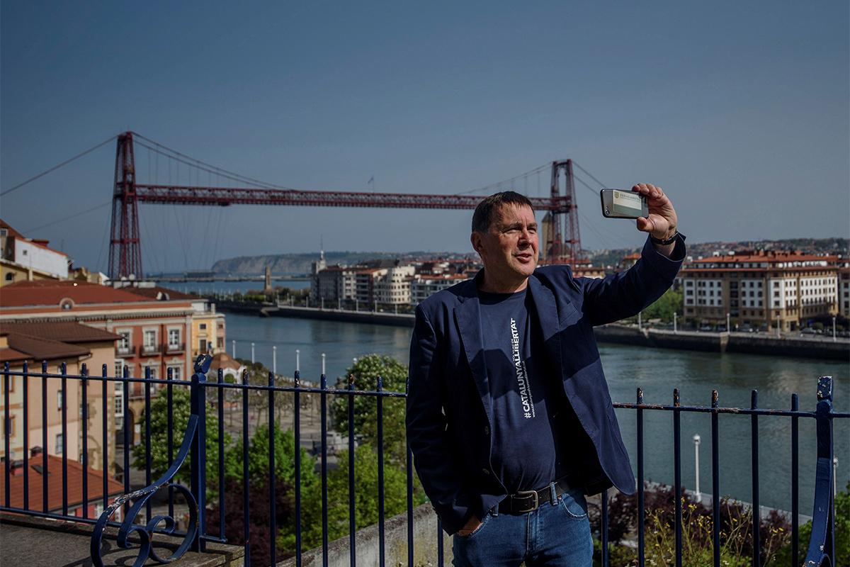 Arnaldo Otegi se fotografía en Portugalete.