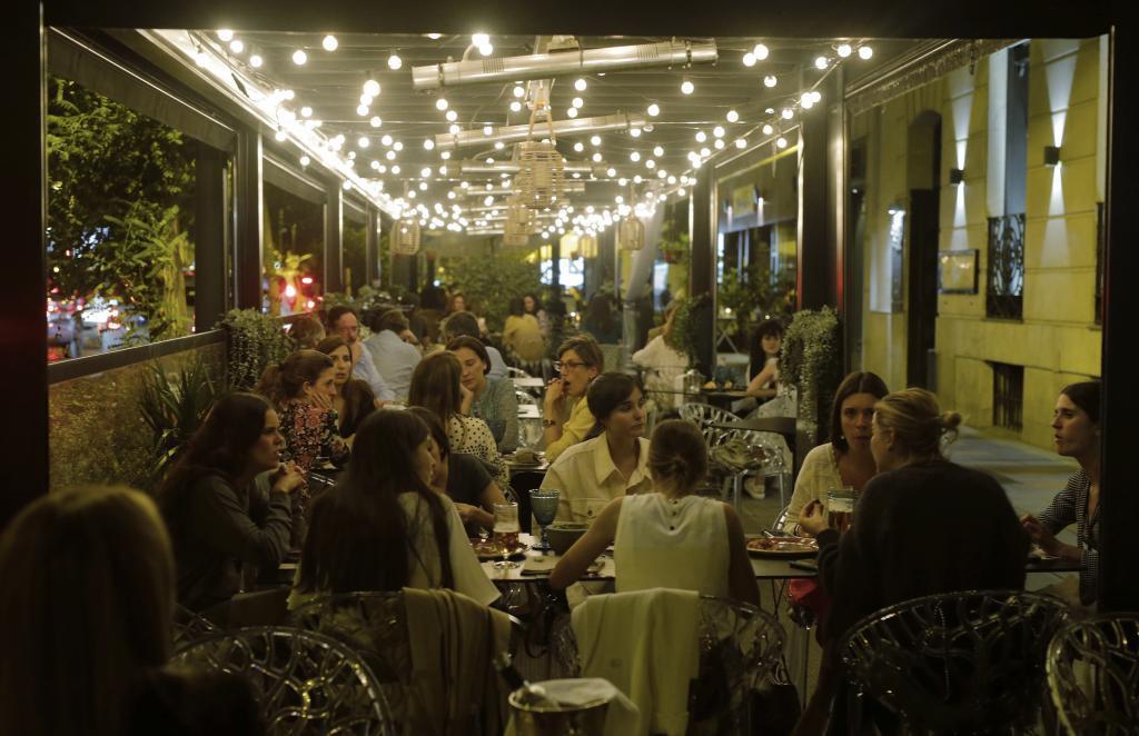 Un grupo de amigas cena en la calle Almagro