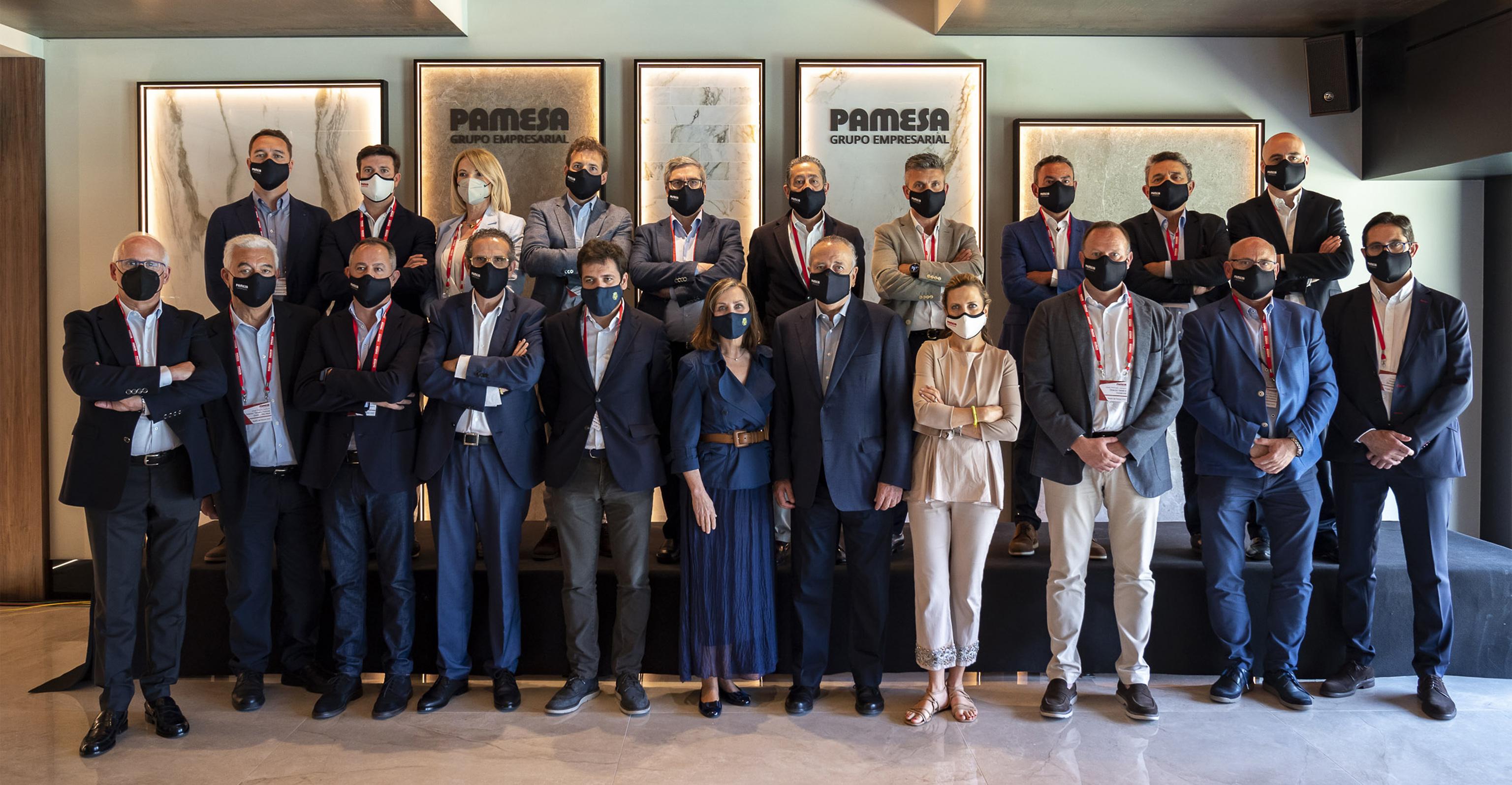 El presidente del Grupo Empresarial Pamesa, Fernando Roig, junto con los directivos de la compañía que lidera la producción azulejera en Europa.