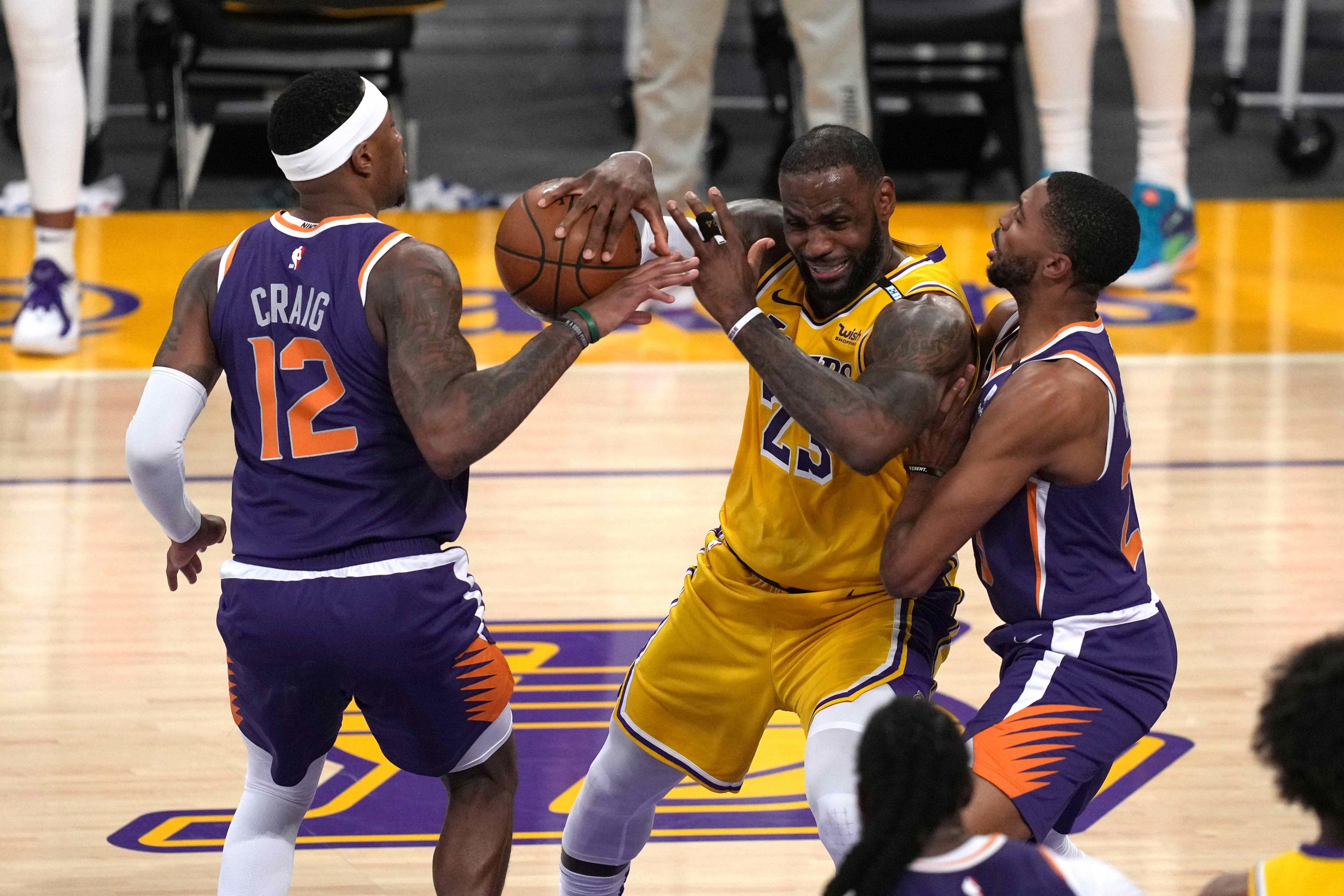 James, cerrado por Craig y Bridges, en el sexto partido ante los Suns.