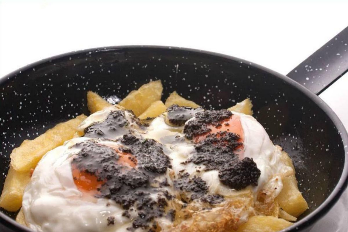 Sartén de huevos de corral con trufa, en Arzábal.