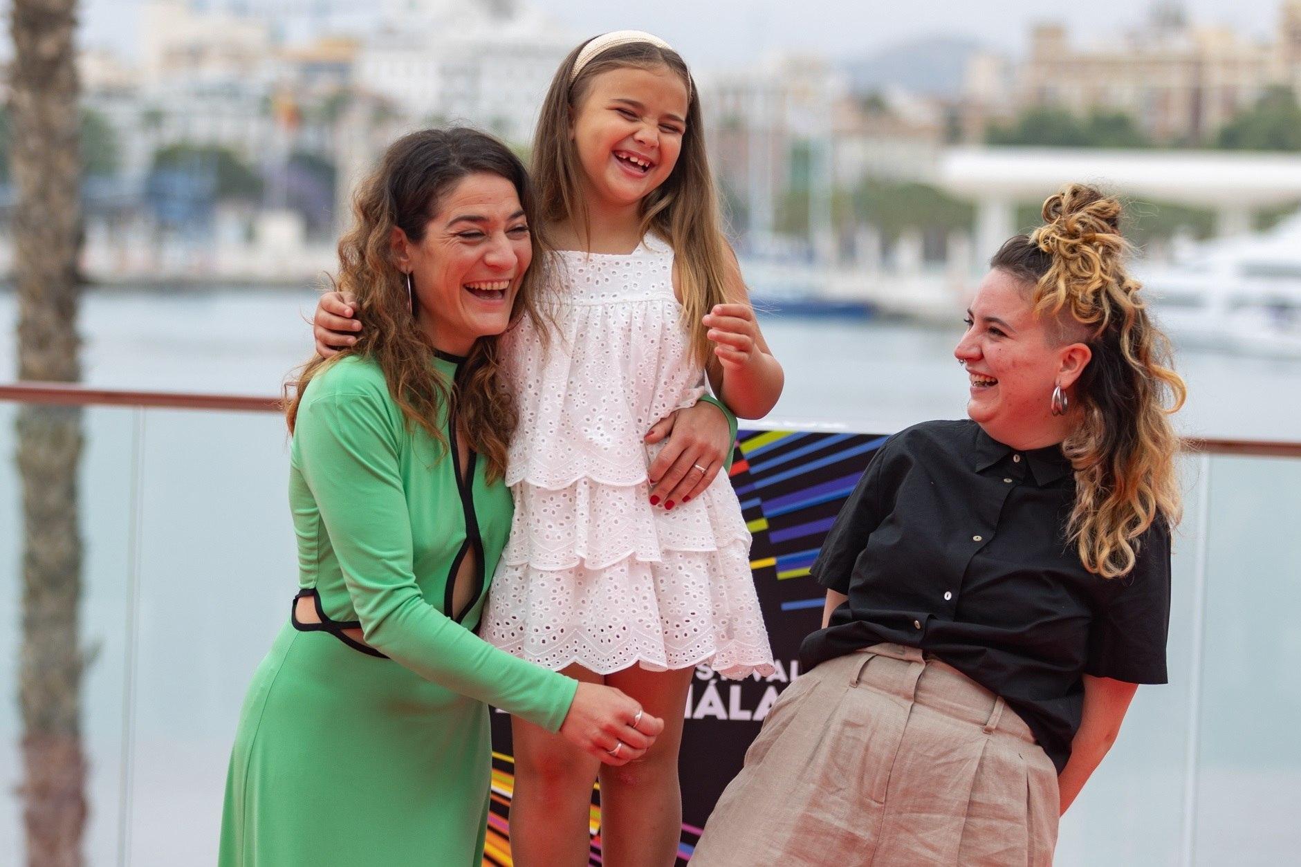 La cineasta Júlia de Paz (d), posa con las actrices Tamara Casellas (i) y Leire Marin (c), tras presentar su película.