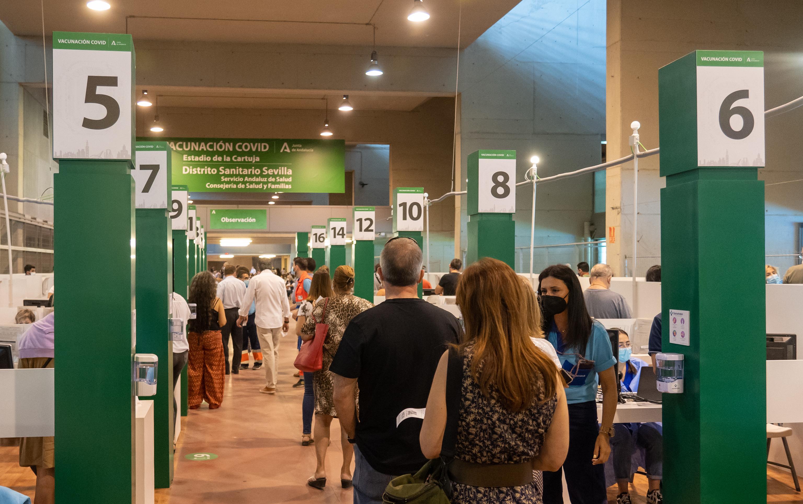 Vacunación contra el coronavirus en el estadio de la Cartuja de Sevilla.