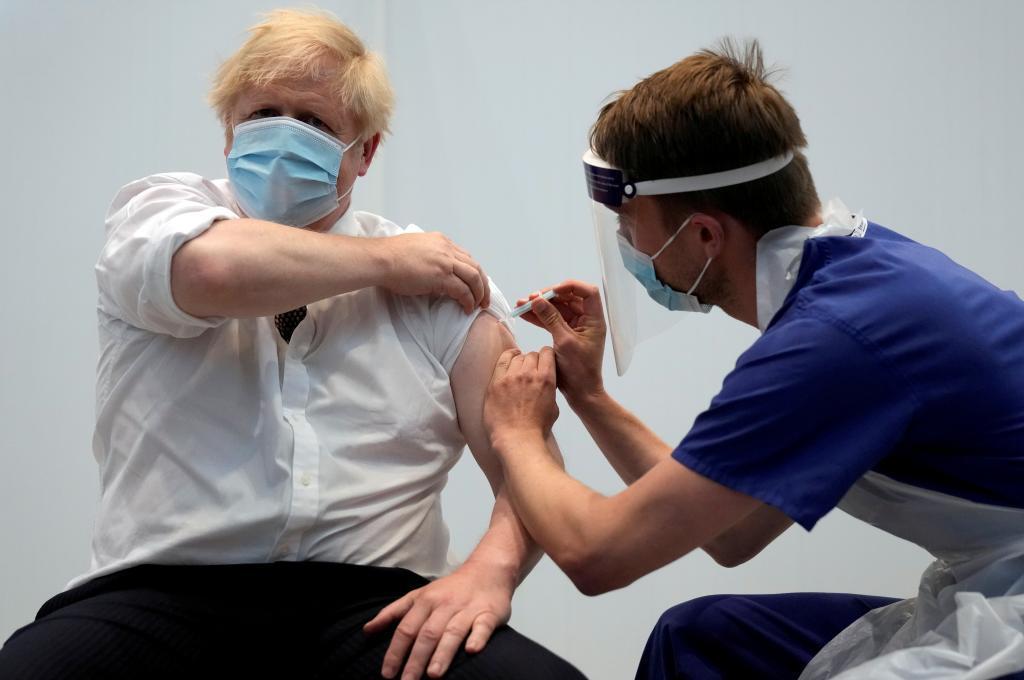 El 'premier' británico Boris Johnson recibe la segunda dosis de la vacuna contra el Covid este jueves.
