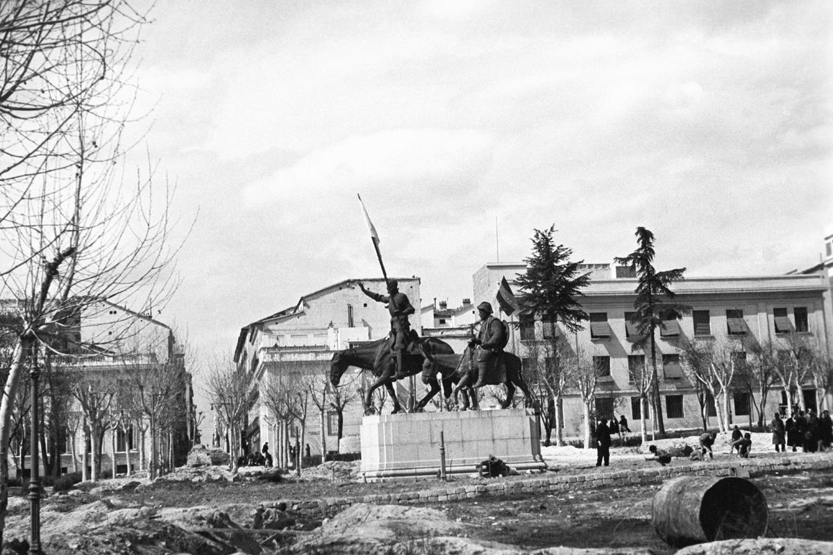 Quijote y Sancho, en la Plaza de España de Madrid, durante la Guerra Civil.