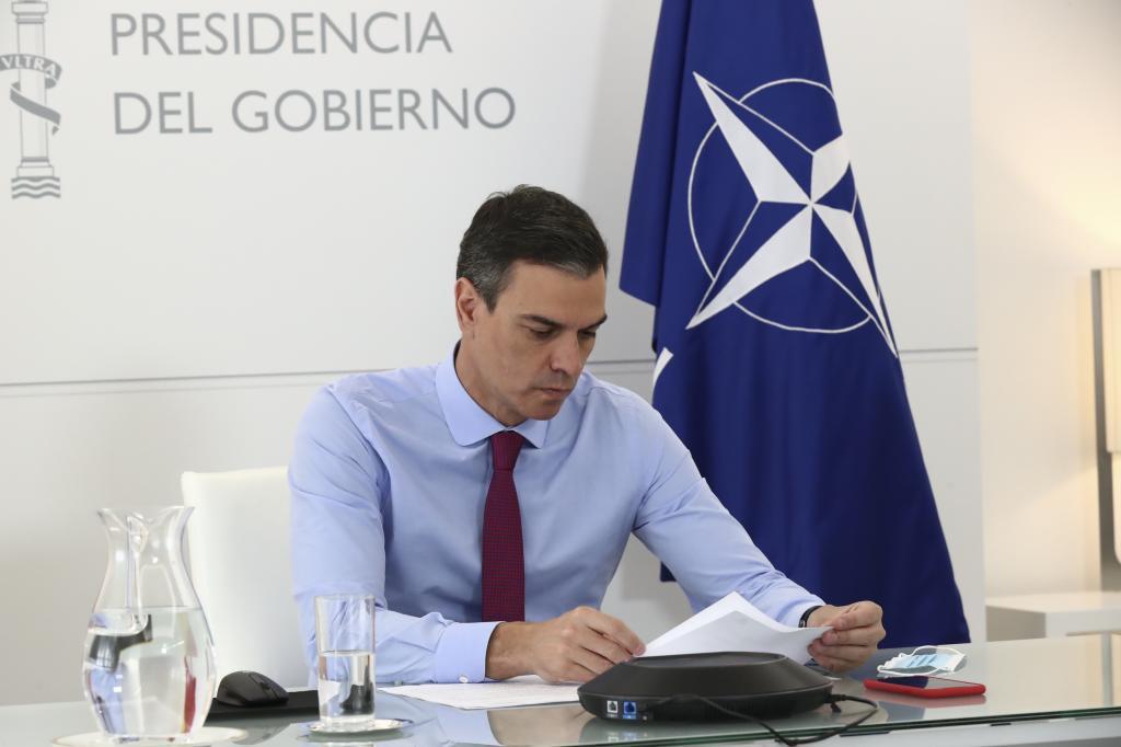 Pedro Sánchez, ayer, durante una reunión por videoconferencia con el secretario general de la OTAN, Jens Stoltenberg.