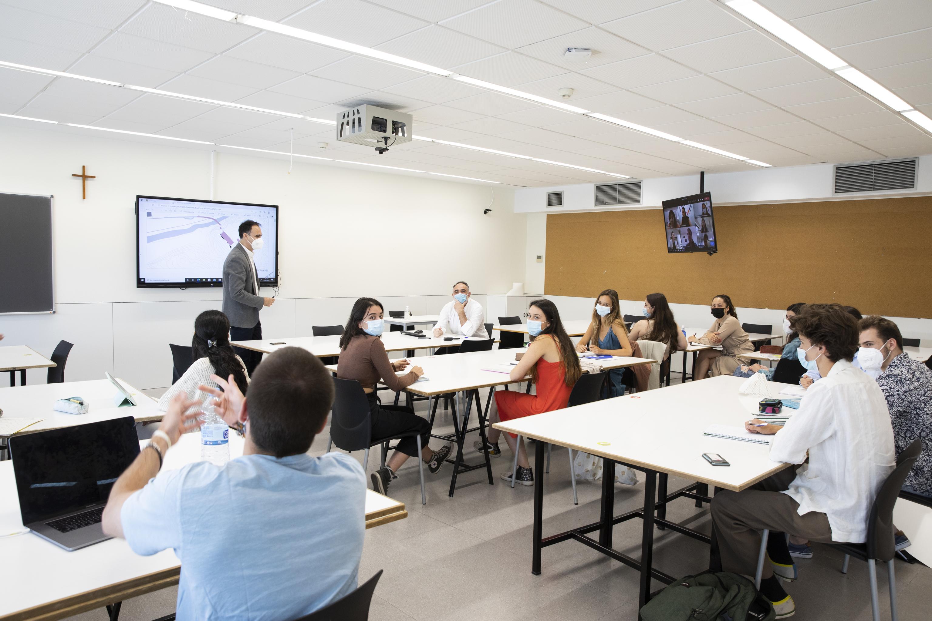 Alumnos y profesores de la Escuela Politécnica de la Universidad San Pablo CEU durante una clase híbrida.