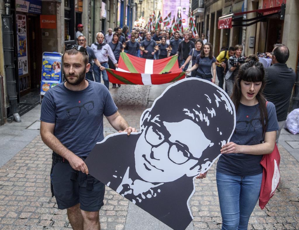 Participantes en un homenaje a Etxebarrieta llevan la reproducción de una imagen por el Casco Viejo de Bilbao.