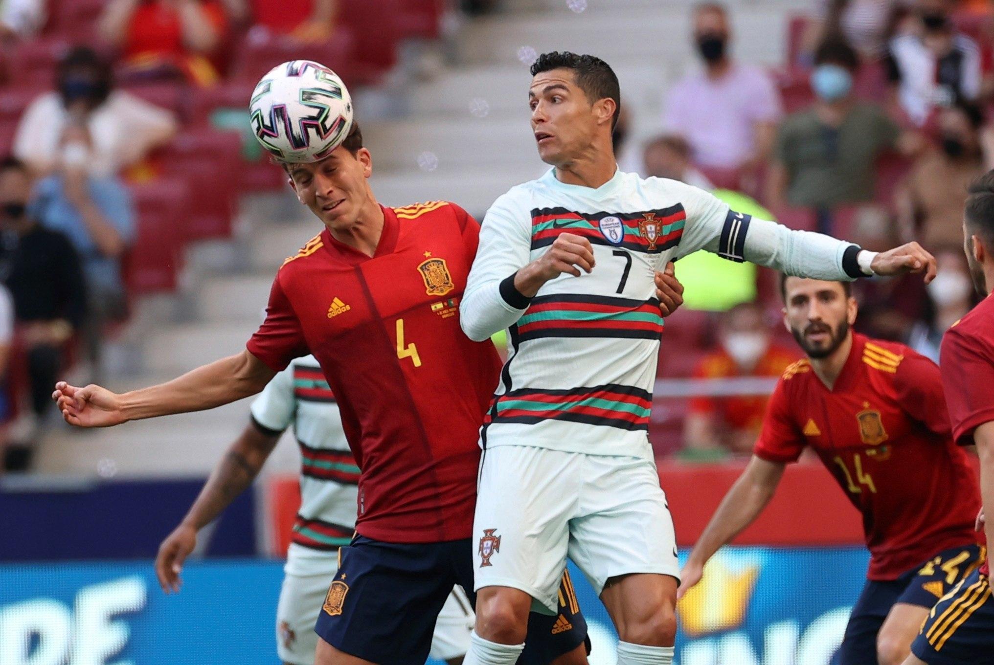 Cristiano y Pau Torres pugnan por un balón.
