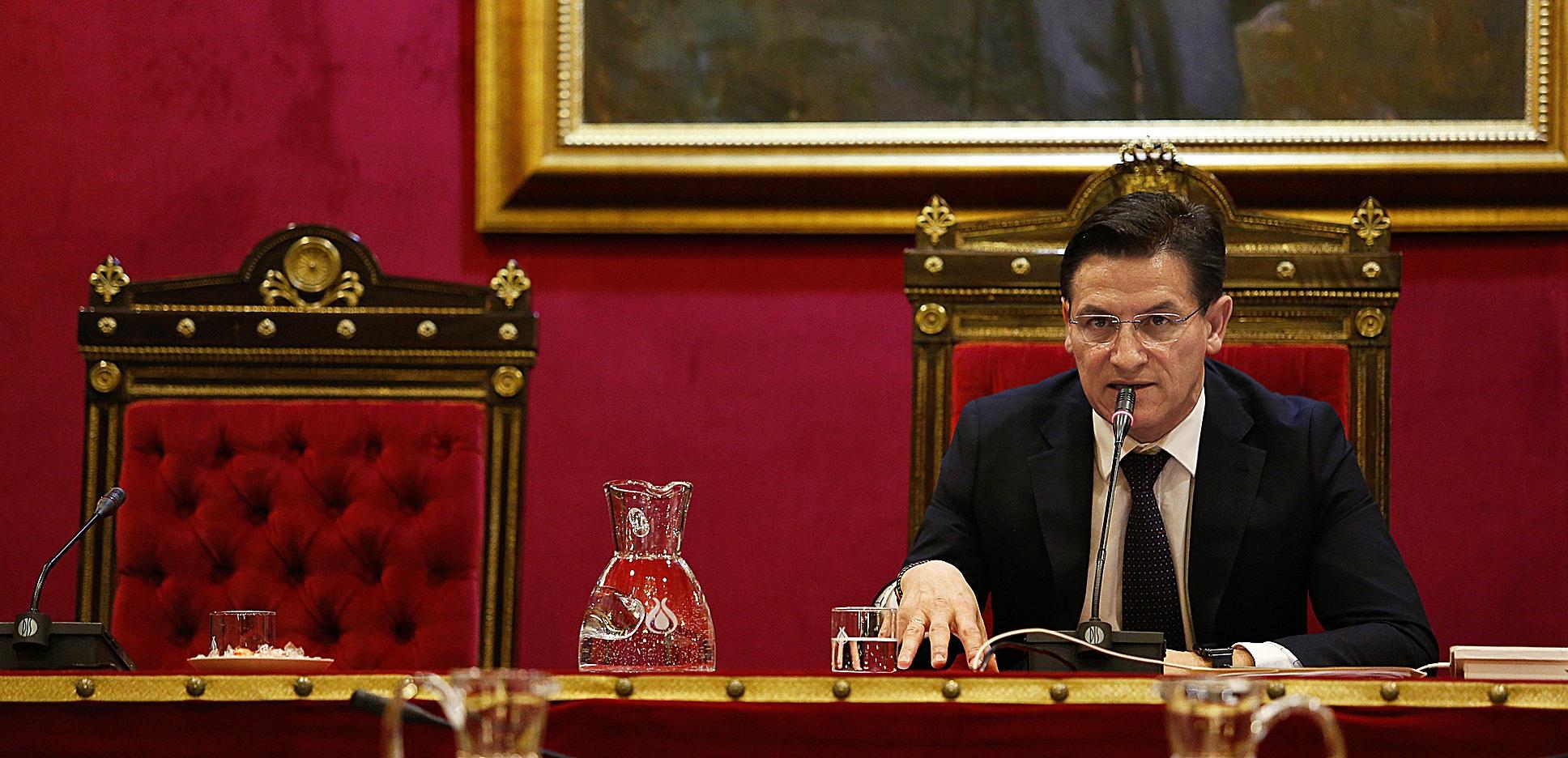 El alcalde de Granada, Luis Salvador, de Ciudadanos, en el salón de plenos del Ayuntamiento de la capital granadina.