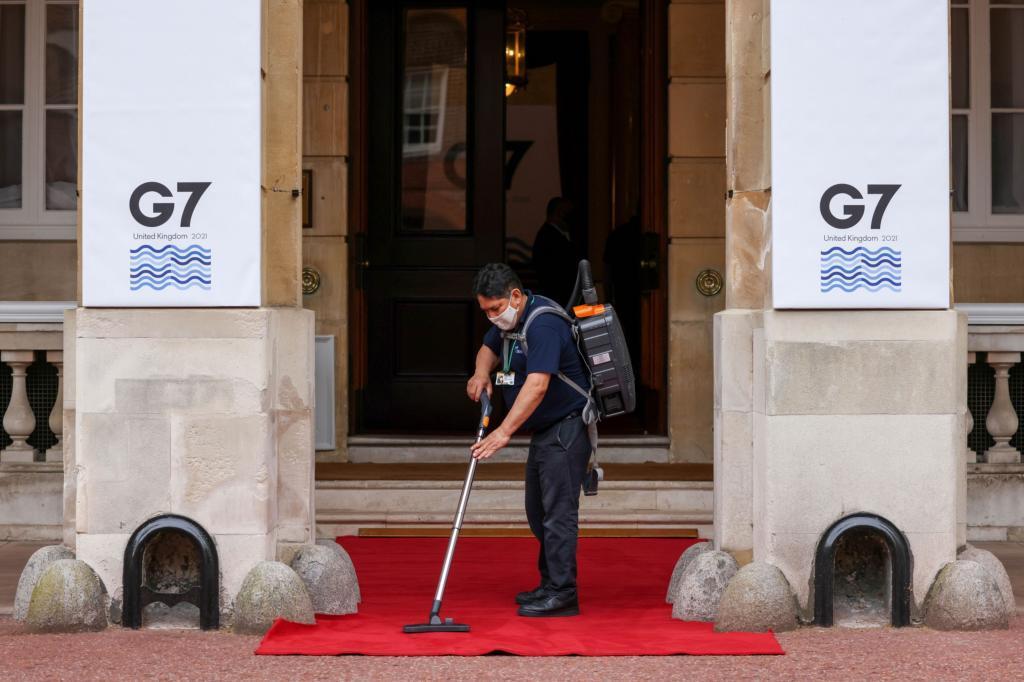 Un trabajador limpia la moqueta de la sede donde se ha celebrado la reunión de ministros de Finanzas del G-7, en Londres.
