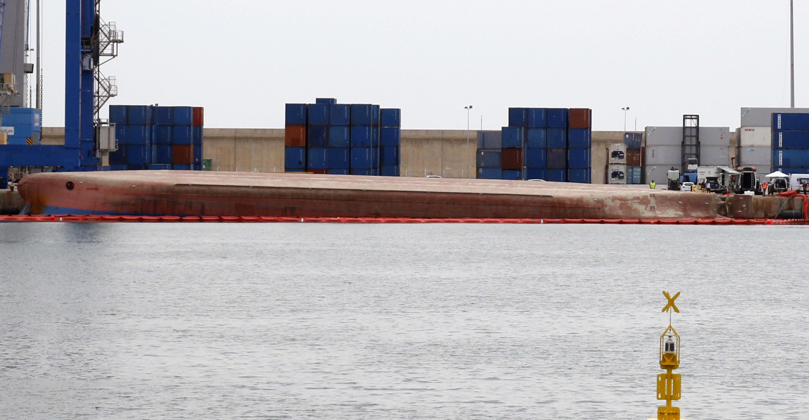 El buque 'Nazmiye Ana', volcado en el puerto de Castellón desde el pasado viernes 28 de mayo.