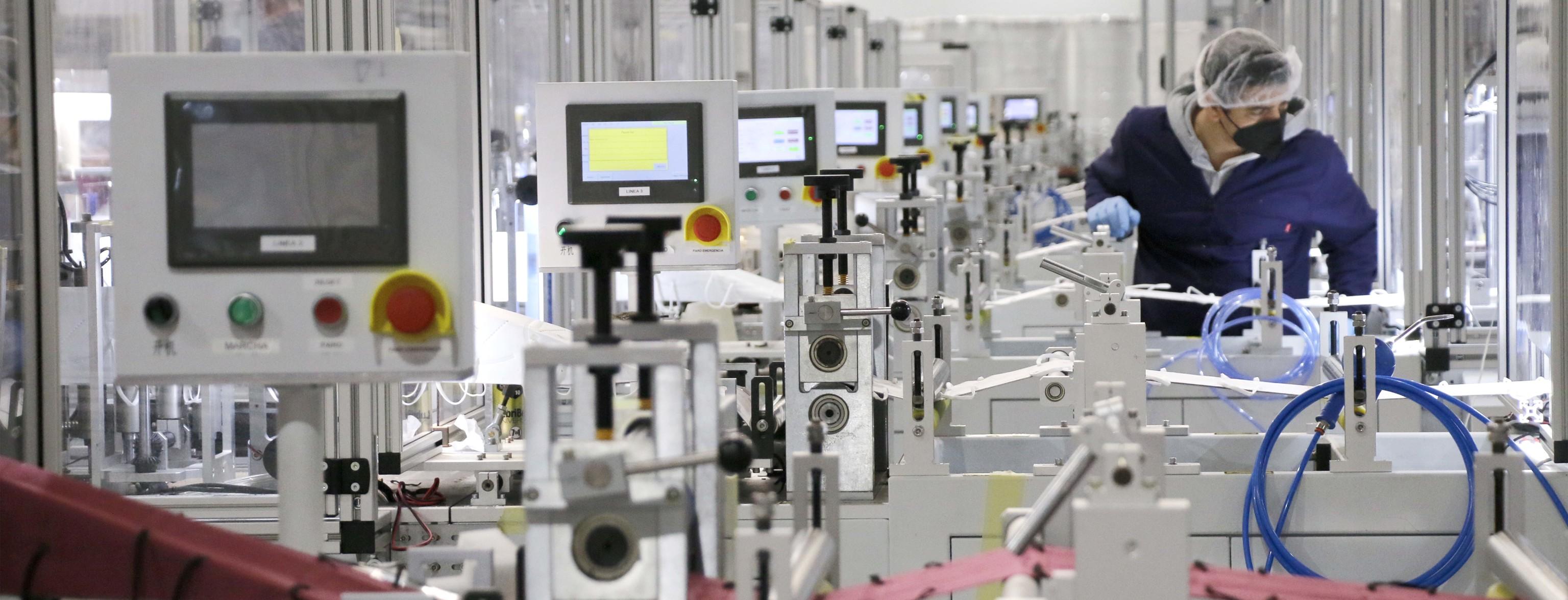 Un trabajador de una empresa de la provincia de Castellón atiende sus labores profesionales ataviado con todas las medidas de seguridad que ha impuesto la pandemia de la Covid-19.