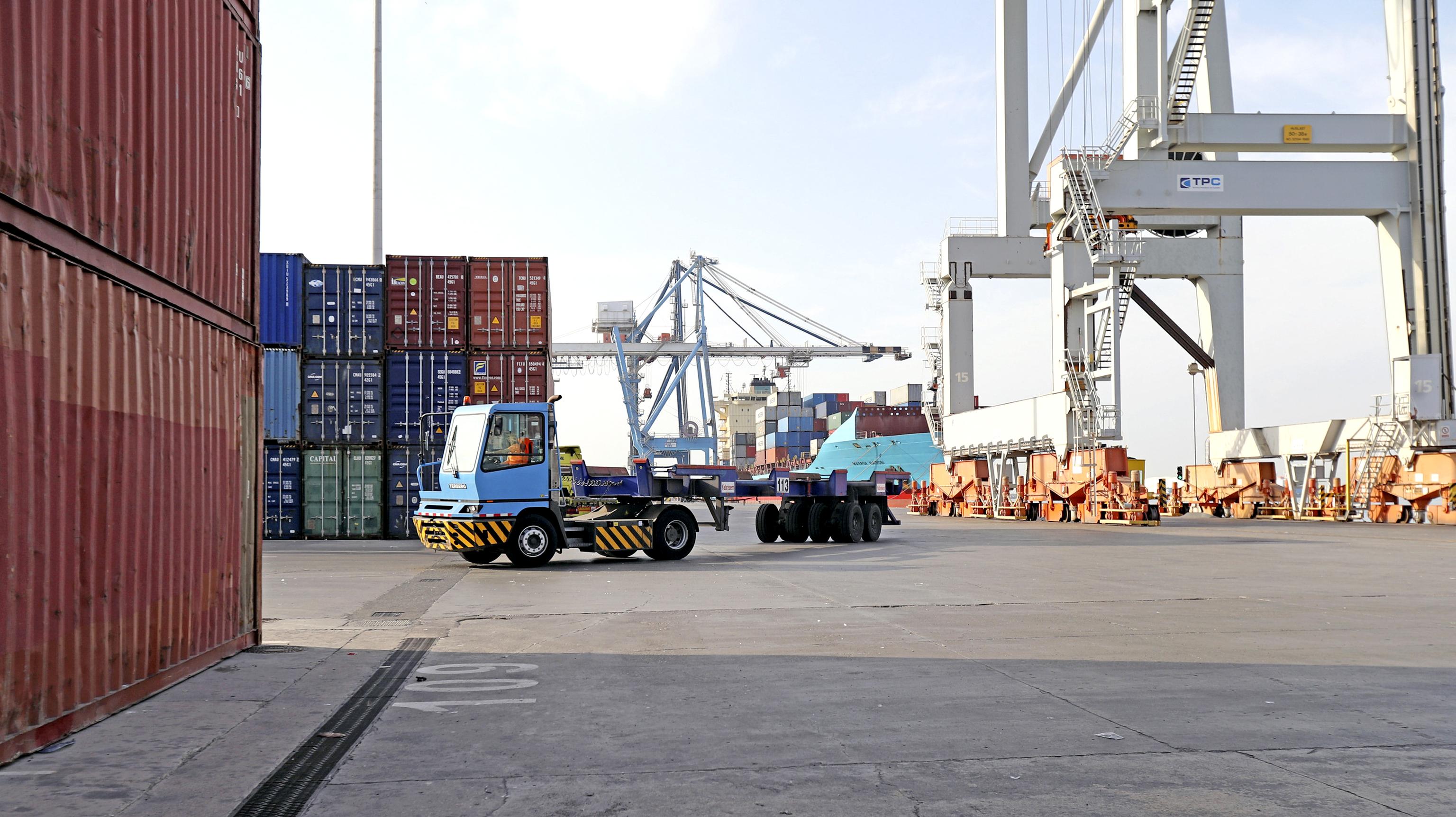 Contenedores apilados en el puerto de Castellón.