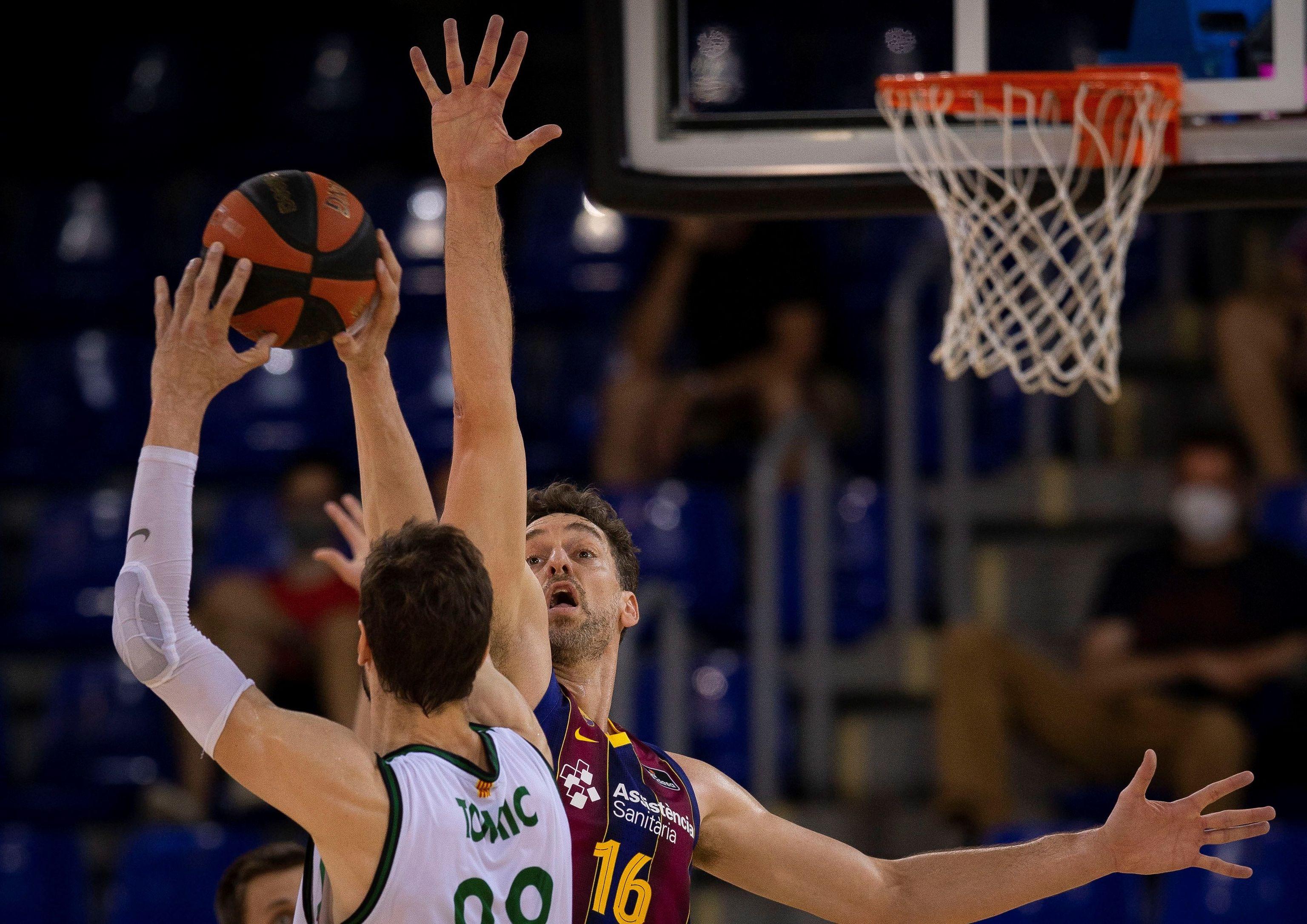 Pau Gasol puntea el tiro de Tomic, durante el tercer partido de cuartos.