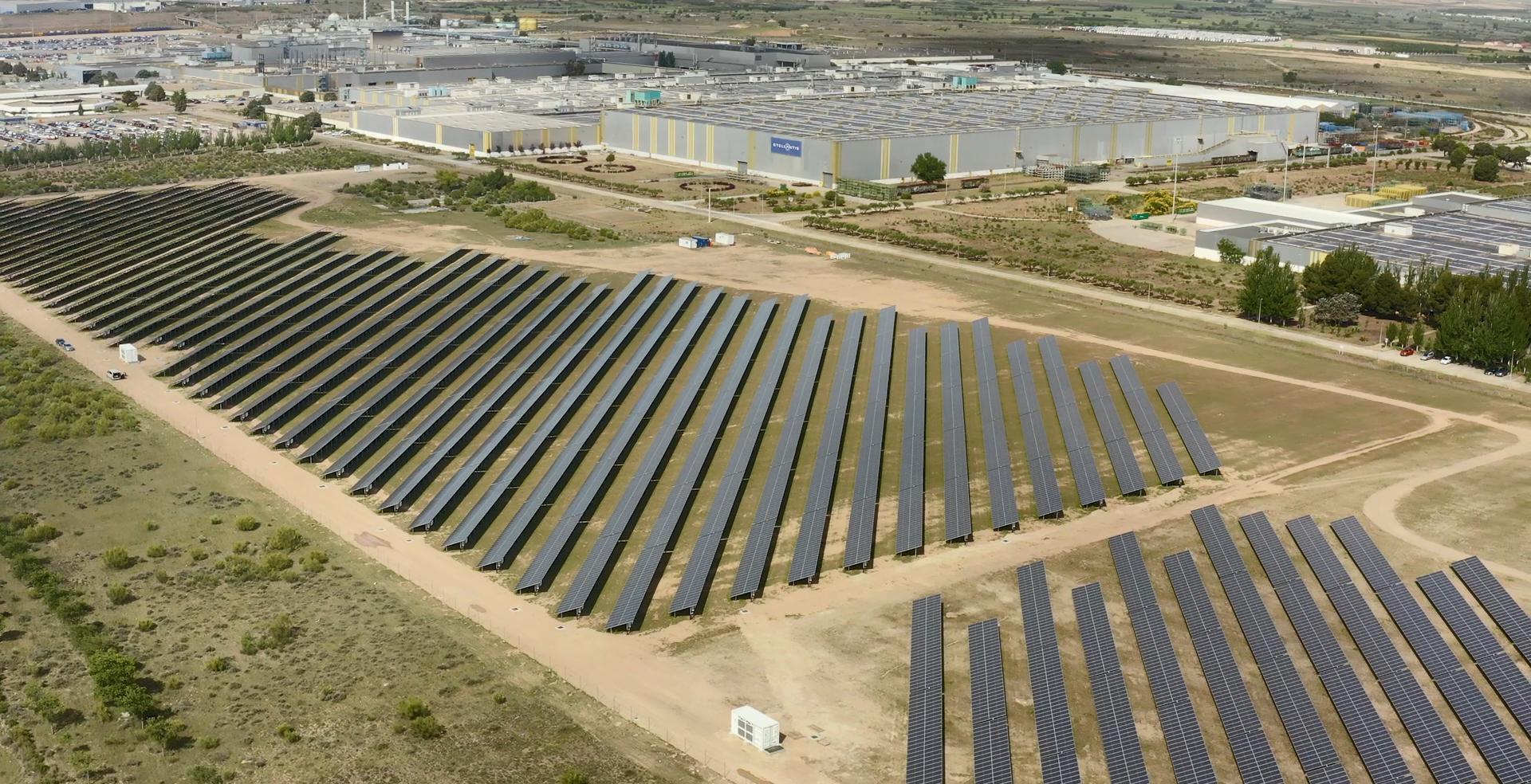 Stellantis Zaragoza instala 19.200 placas solares que cubren el 15% de sus necesidades energéticas.