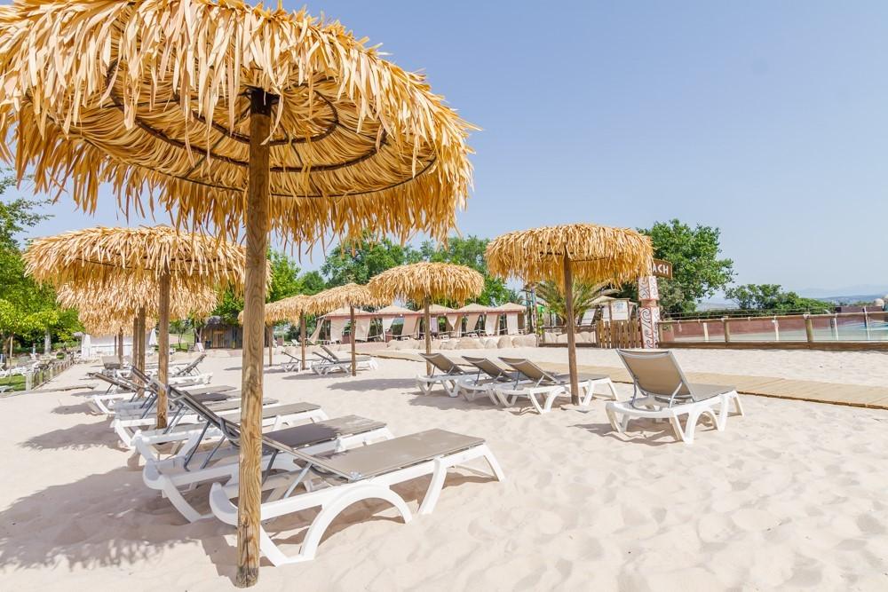 Playa de arena fina en el parque acuático de Villanueva de la Cañada.