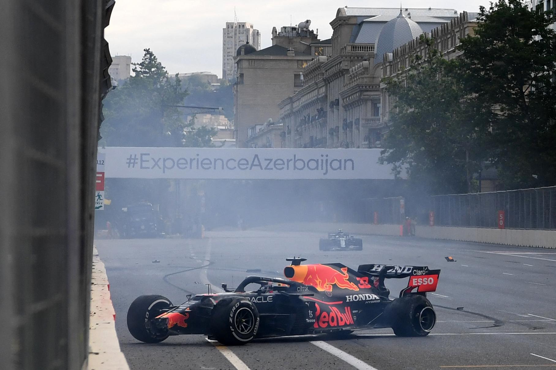 El accidente del RB16B de Verstappen, en la recta principal de Bakú.