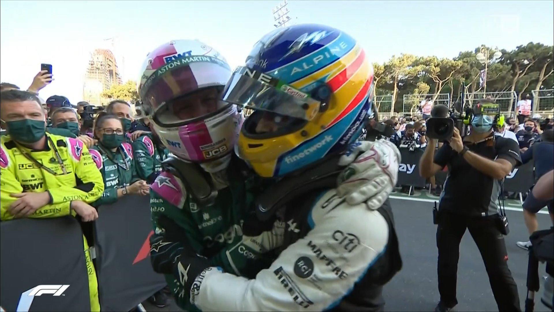El abrazo entre Vettel y Alonso tras la carrera en Bakú.