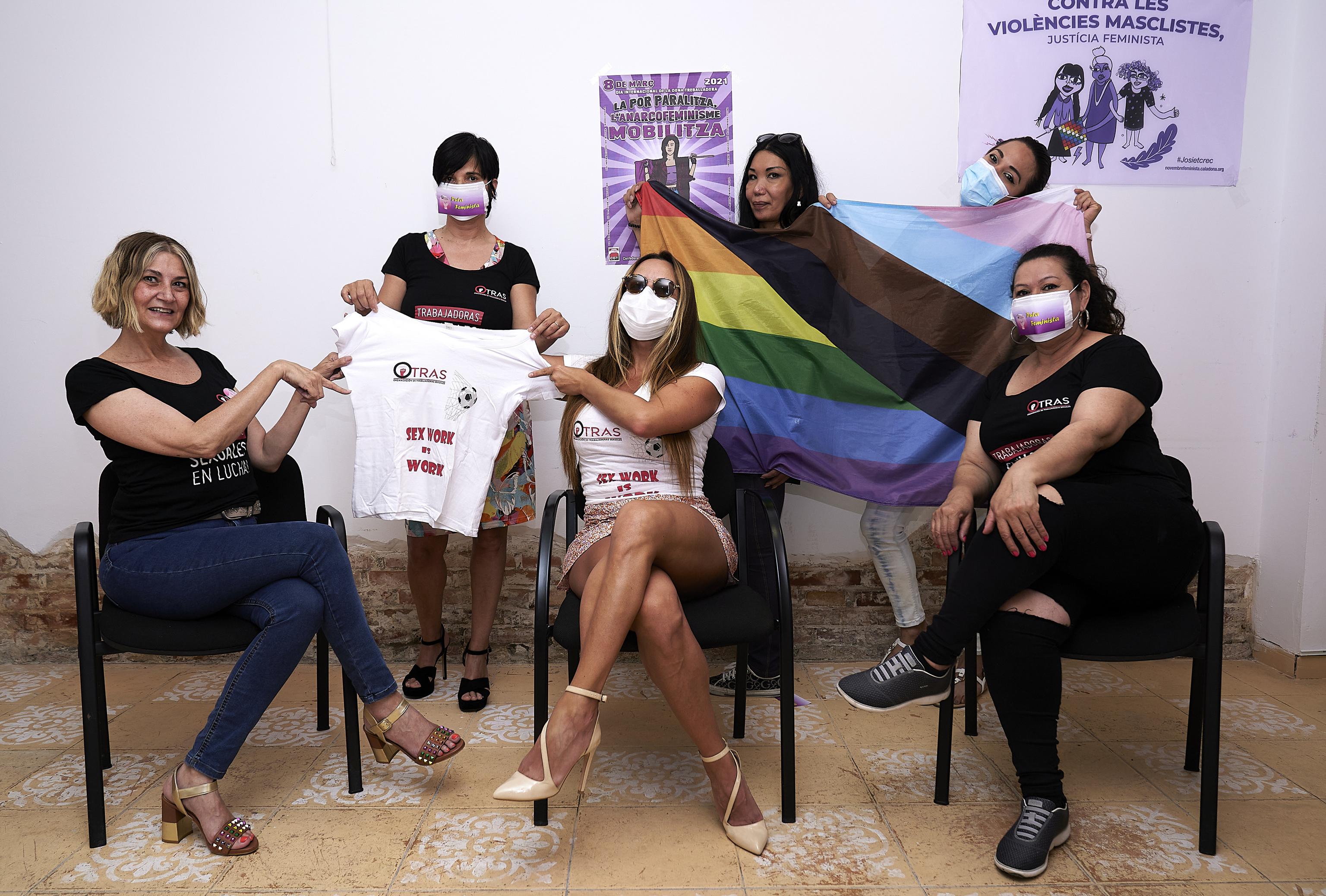 Integrantes del sindicato OTRAS celebran la sentencia del Tribunal Supremo, el pasado viernes en Barcelona.