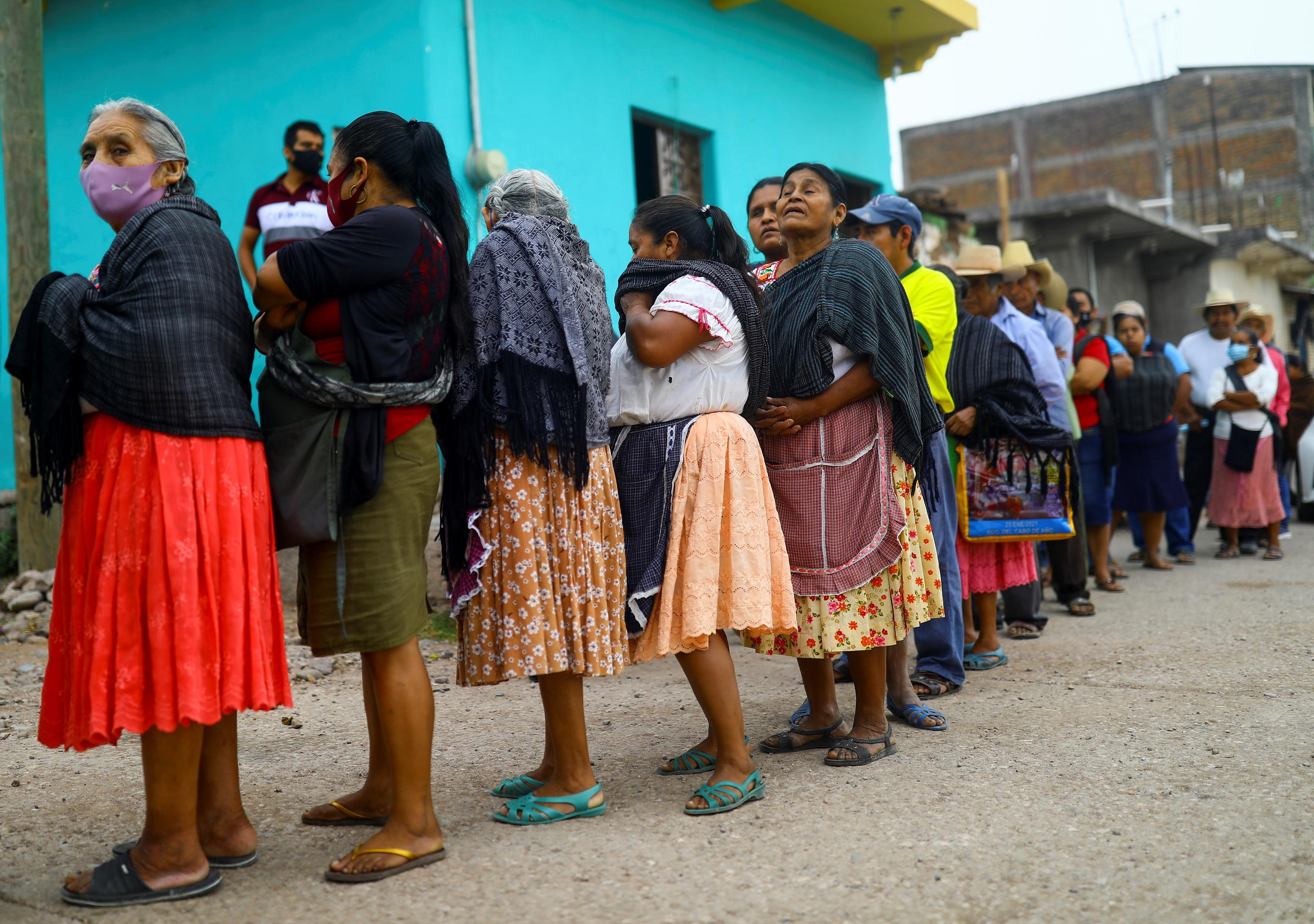 Cola para votar en Atzacoaloya, estado de Guerrero.