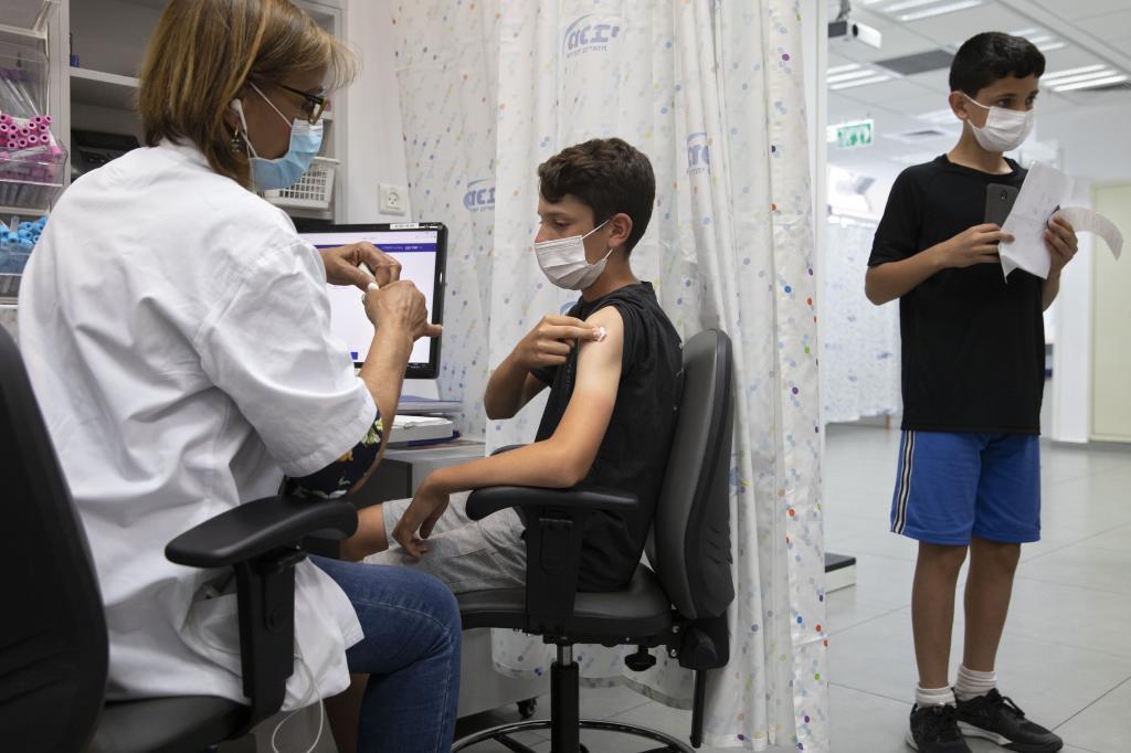 Un niño recibe una dosis de Pfizer en Rishon LeZion, ciudad del distrito central de Israel.