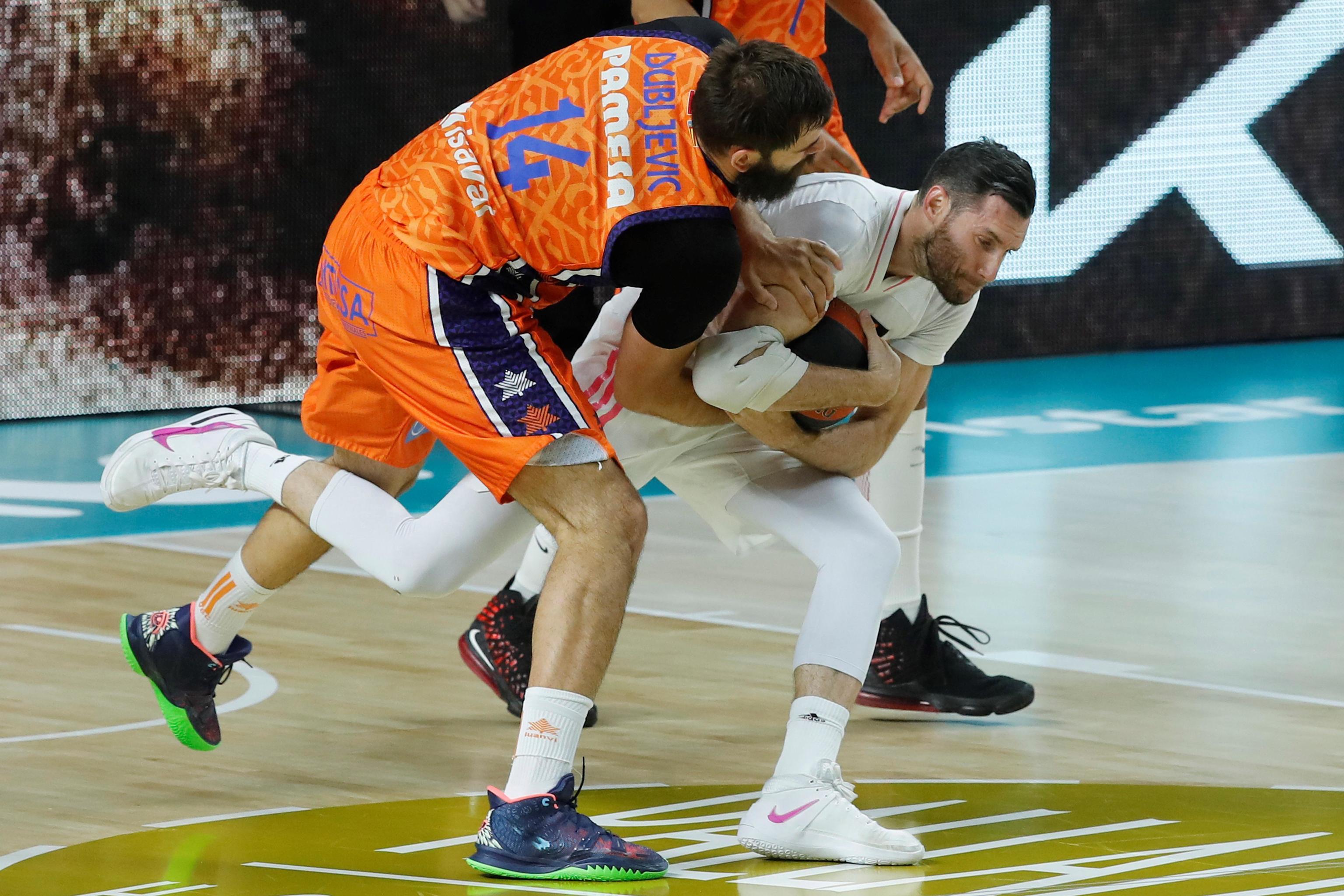 Dubljevic y Rudy pelean por un rebote, en el WiZink.