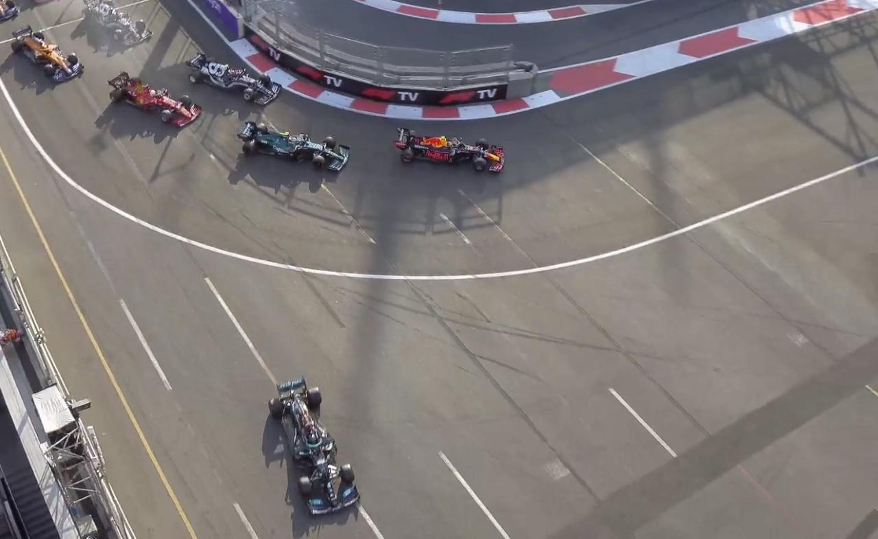 Hamilton sale recto de la curva 1 durante la penúltima vuelta en Bakú.