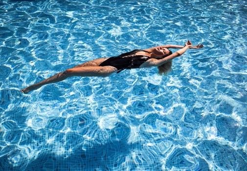 Beneficios de nadar en verano